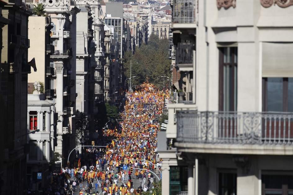 556656 944 629 - Miles de ciudadanos llenaron la Plaza España exigiendo tren digno