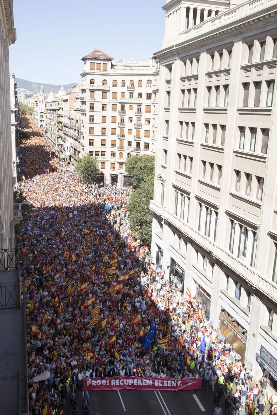 Multitudinaria manifestación en Barcelona. Vista general de la manifestación convocada por Societat Civil Catalana en Barcelona en defensa de la unidad de España.