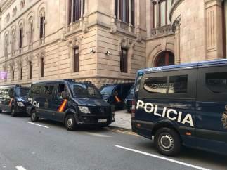 Furgonetas de la Policía Nacional en el Palau de Justícia de Barcelona