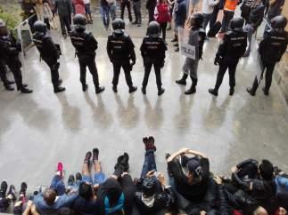 Presencia Policial En la Escuela Ramon Llull de Barcelona.