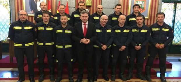 Foto de familia de la plantilla de Bomberos, con el alcalde de Burgos