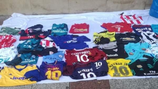Camisetas en un puesto de venta callejera