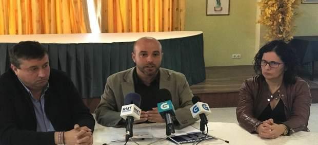 Luís Villares (centro), de En Marea, en rueda de prensa en Tui.