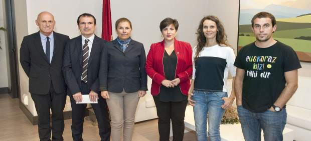 Barkos y Solana con los organizadores del Nafarroa Oinez.