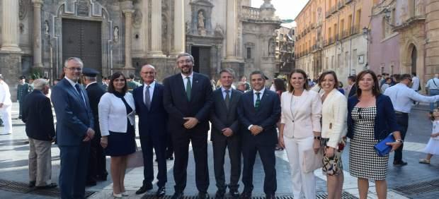 Martínez, en el centro, con otros cargos populares