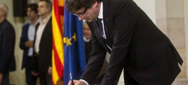 Carles Puigdemont firma la declaracion de Independencia
