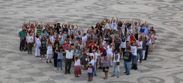 Cientos de personas forman un corazón humano en la Plaza de España