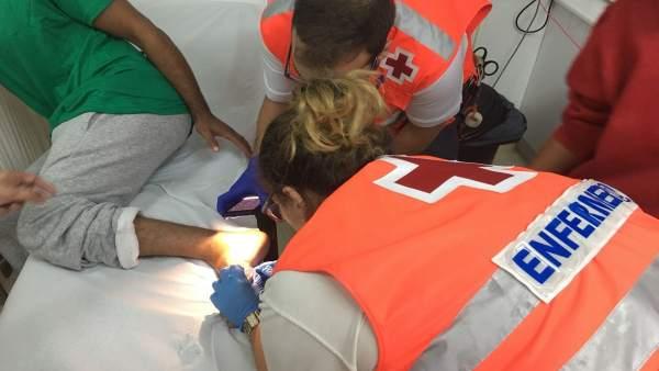 Voluntarios de Cruz Roja atienden a un inmigrante