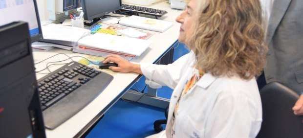 Los investigadores de la UPCT, durante un análisis