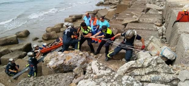 Rescatado un varón al caerse sobre bloques del paseo marítimo
