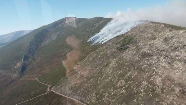 Imagen del frente del fuego en Palencia tomada desde un helicóptero