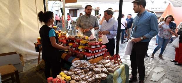 El presidente de la Diputación, José Entrena, visita la Feria de Turismo
