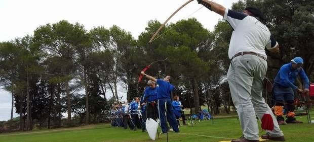 Arqueros participan en una prueba de tiro clout.