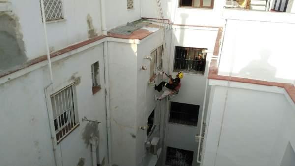 Bomberos rescatan a dos operarios en Sevilla