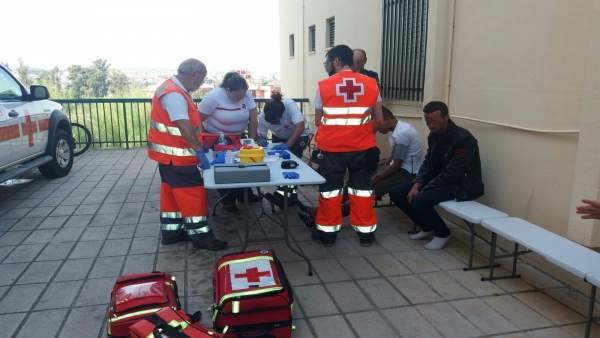 Miembros de Cruz Roja atienden a los recién llegados