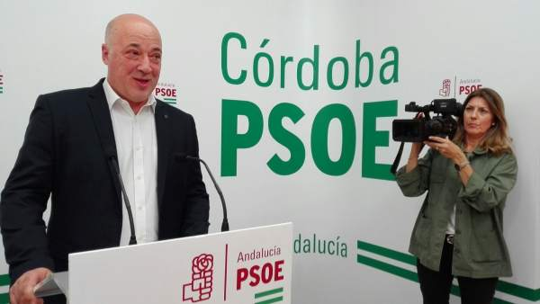 El secretario general del PSOE de Córdoba, Antonio Ruiz, en la rueda de prensa