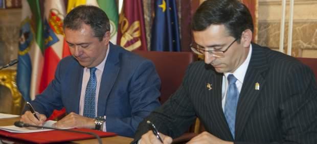 Firma del hermanamiento entre Sevilla y Laredo