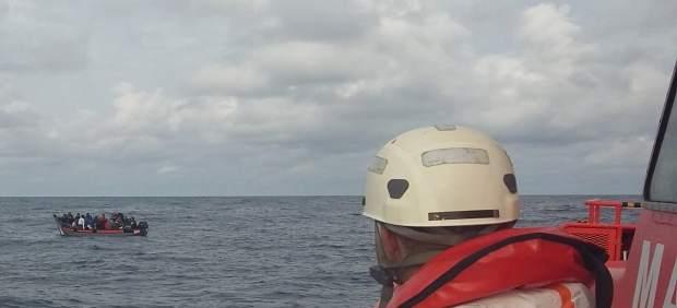Rescate de inmigrantes en el Estrecho por la Salvamar Gadir