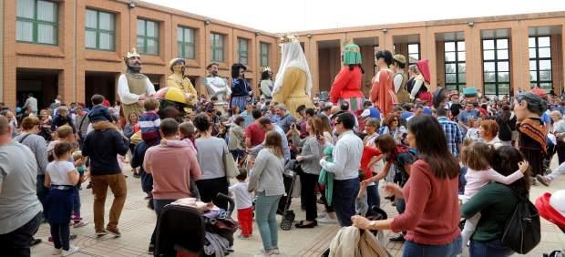Miles de personas disfrutan de los gigantes y cabezudos en Feria de Zaragoza