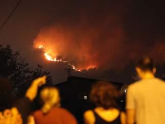El fuego, próximo a las casas