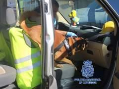 Un agente con el perro policía