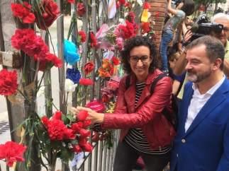 M.Rovira y A.Bosch a las puertas del colegio Ramon Llull.