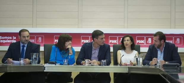 José Luis Ábalos, Cristina Narbona, Pedro Sánchez, Margarita Robles y Óscar Puente, en Ferraz.