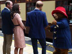 Los duques de Cambridge conocen al osito Paddington