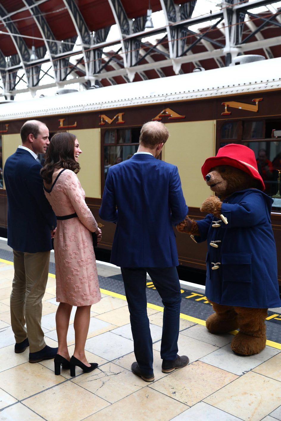 Los duques de Cambridge conocen al osito Paddington