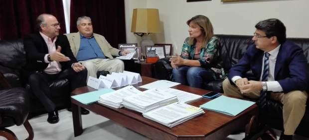 Diputados y senadores del PP con el decano del Colegio de Abogados de Almería