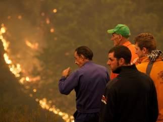 Vecinos apagando el fuego en la Reserva Natural de los Ancares (Lugo)