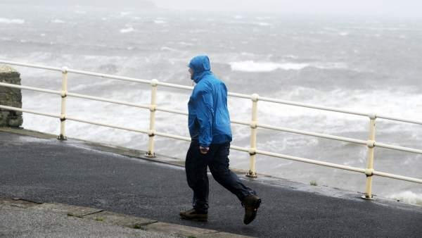 Ofelia causa fuerte oleaje en Irlanda, Reino Unido y Escocia