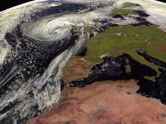 Caos de transporte y riesgo de inundaciones en Escocia por la tormenta Ofelia