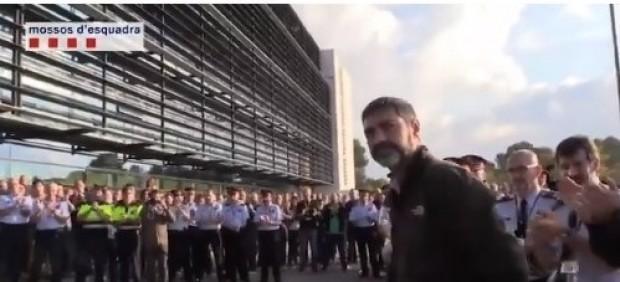 Ovación al mayor Josep Lluís Trapero a su llegada al complejo central policial.