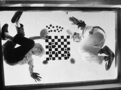 Marcel Duchamp y Salvador Dalí jugando al ajedrez