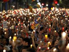 La Guardia Urbana corta la Diagonal para retirar la cera de las velas de la manifestación en apoyo a los Jordis