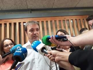 Natxo Bellido en atención a los medios, entre Tirado y Espuch; imagen de archivo