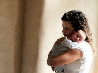 Recién nacido. Madre con su bebé. Maternidad.