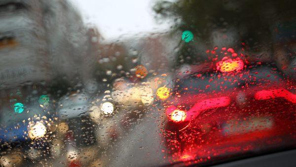 La lluvia 'emborrona' el tráfico en Madrid