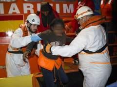 Una embarazada y una niña, entre los 98 inmigrantes rescatados este miércoles