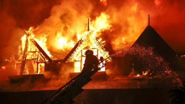 Espectacular incendio en un hotel en Birmania
