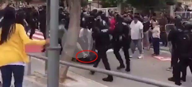 Un joven da una patada a un Guardia Civil