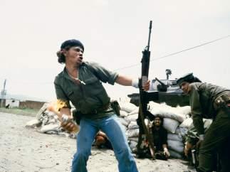 Sandinistas at the walls of the Esteli National Guard head quarters: 'Molotov Man', 1979