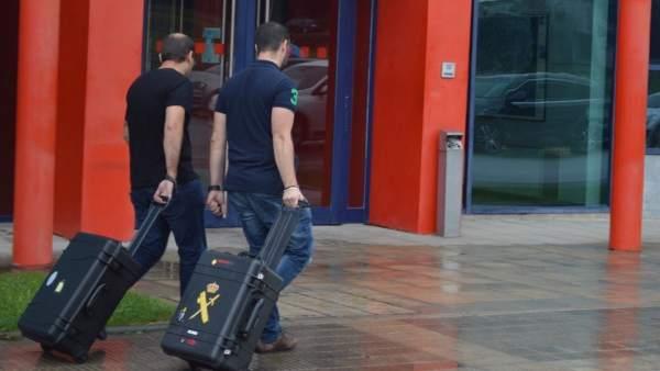 Agentes de la Guardia Civil acuden a la comisaría de los Mossos en Lleida.