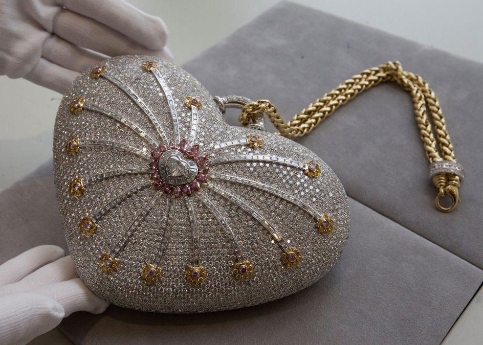 El bolso más caro del mundo. La casa de subastas Christie's presenta el bolso más caro del mundo, el Mouawad 1001 Nights Diamond Purse, en Hong Kong (China). El bolso joya está diseñado por Robert Mouawad e incorpora un total de 4.517 diamantes con 381,92 quilates en su conjunto. Su precio, la primera vez que se puso a la venta, fue de 3.300.000 euros, ahora la casa de subastas espera lograr una cifra mayor cercana a los cinco millones.