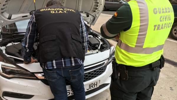 Guardia Civil esclarece estafa de vehículos con cuentakilómetros manipulados.