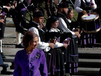 La reina Sofía entre gaiteros