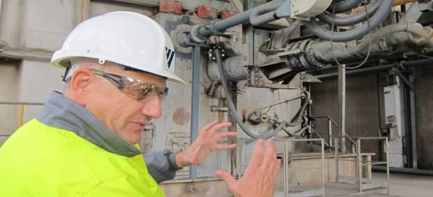 El director de la fábrica de Cementos Cosmos, José de la Vega, ante el horno