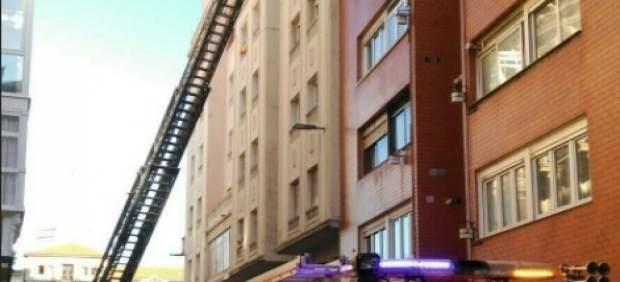 Bomberos sofocan el incendio en el quinto piso del edificio de la calle Lábaro