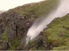 La tormenta Ophelia provoca que una cascada fluya hacia arriba